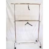Perchero recto 2 alturas extensible ambos lados y regulable en altura con barra intermedia de 1.40 cm cromado.