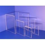Expositor juego de tres estantes o repisas en alturas en forma de cubos, de metacrilato transparente de gran cálidad.